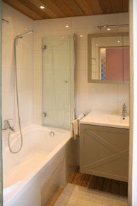 Guest House Knokke BnB Logies ubernachten  badkamer met wc, ook bad en lavabo.