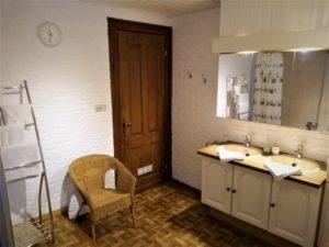 Photo 2 lavabos dans salle de bain chambre dhote knokke.